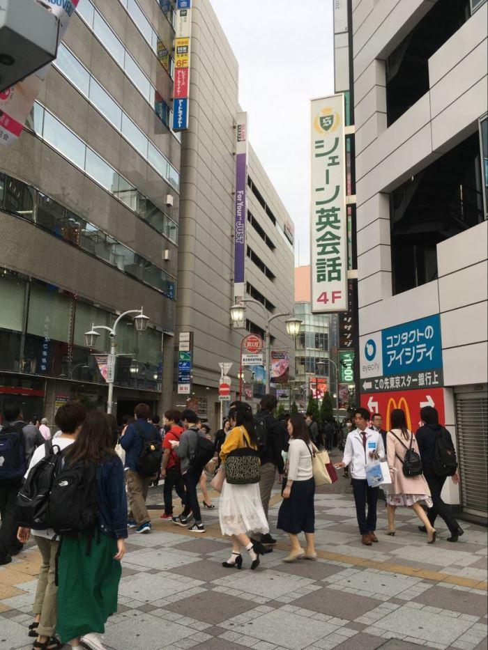 英会話教室と三菱東京UFJ銀行の間の道をさらに進みます。
