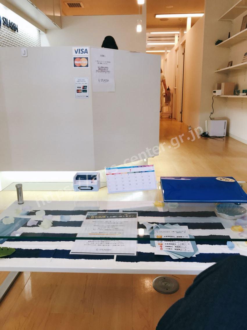 ストラッシュ横浜西口店の受付スペース